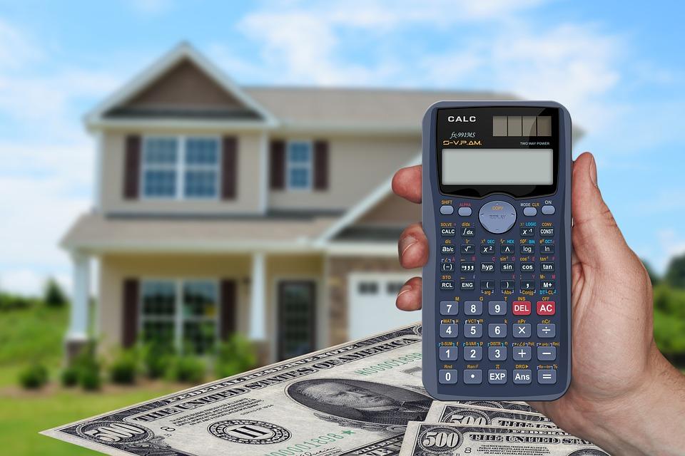 dům a kalkulačka