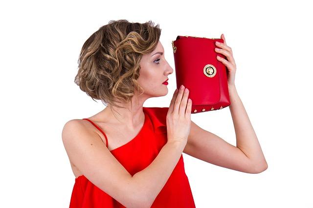 žena, červené šaty, červená kabelka