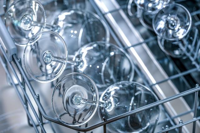 sklenice na víno v myčce