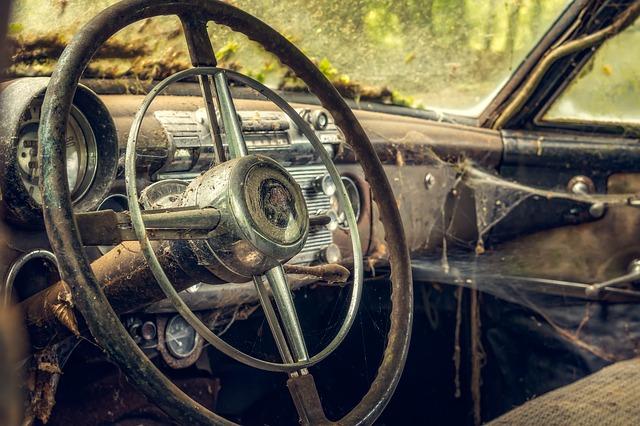 pavučiny ve starém autě